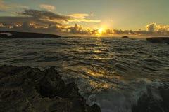 在夏威夷的日出与海浪 免版税库存图片