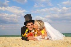 在夏威夷Hula的新婚佳偶夫妇 免版税库存照片