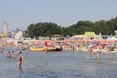 在夏季的拥挤海滩 免版税库存图片