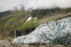 在夏慕尼谷的Argentiere冰川在Argentiere上村庄  库存图片