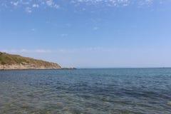 在夏日-黑海海岸的高度在切尔诺莫雷茨镇在小山英亩边缘的 免版税库存照片