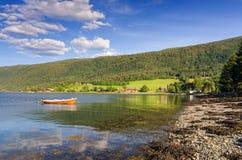在夏时的挪威海湾海岸 免版税库存图片