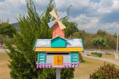 在夏时的美丽的邮箱在庭院 免版税库存照片