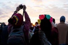 在夏至庆祝期间,夫妇在巨石阵为朝阳照相 图库摄影