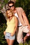在夏令时微笑的有吸引力的夫妇 免版税图库摄影