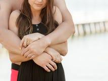 在夏令时期间,可爱的夫妇临近海滩 免版税图库摄影