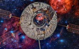 在外层空间的太空飞船以星云为背景 免版税库存照片
