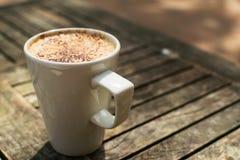在外部桌上的热奶咖啡 免版税库存照片