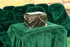 在外面殡葬服务的大理石或花岗岩缸 库存图片