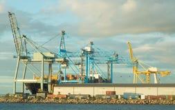 在外面港口的集装箱船在南澳大利亚 免版税库存图片