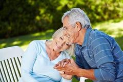 在外面爱的高级夫妇 免版税库存照片
