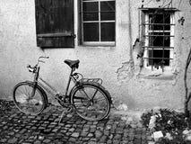 在外面胡同停放的葡萄酒自行车它是所有者的家 免版税库存图片