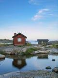 在外面acrhipelago的小小屋 免版税库存图片