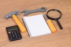 在多个工具和笔记本的顶上的看法 免版税库存图片
