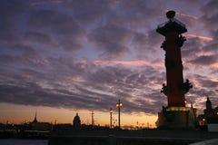在多云冬天日落天空背景的有船嘴装饰的专栏  免版税图库摄影