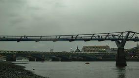 在多云天气的千年桥梁,在日落以后, Blackfriars桥梁 股票录像