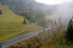 在多云天气的小山路 免版税库存图片
