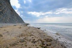 在多云天气的空的海海滩 库存照片