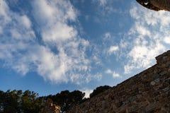 在多云天空中世纪墙壁上的海鸥 免版税库存图片