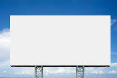 在多云天空前面的空的广告牌 库存照片