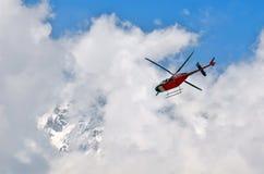 在多云天空和山的直升机 喜马拉雅山,安纳布尔纳峰国家公园 库存照片