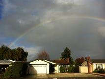 在多云天空的一条彩虹 库存图片
