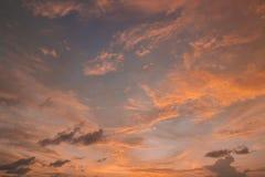 在多云天空的五颜六色的日落反射 免版税库存照片