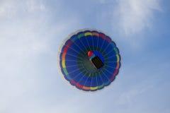 在多云天空的五颜六色的热空气气球飞行 免版税库存图片