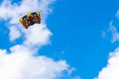 在多云天空的五颜六色的风筝 免版税库存图片
