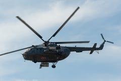 在多云天空的俄国军用直升机MI-8 免版税库存照片