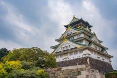 在多云天空的大阪城堡在雨前跌倒 免版税库存照片