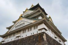 在多云天空的大阪城堡在雨前跌倒 免版税库存图片