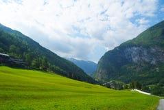 在多云天空的山谷在Flam,挪威 beautiful mountain scenery 本质秀丽 远足和野营 夏天 免版税图库摄影