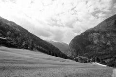 在多云天空的山谷在Flam,挪威 beautiful mountain scenery 本质秀丽 远足和野营 夏天 库存图片