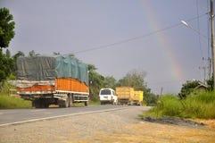 在多云天空的彩虹 免版税库存图片