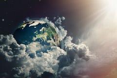 在多云天空的抽象地球视图 免版税库存照片