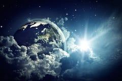 在多云天空的抽象地球视图 库存图片