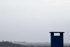 在多云天空的抽象蓝色chimmey 图库摄影