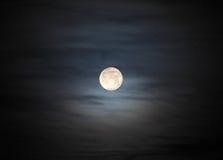 在多云天空的月亮 免版税库存照片