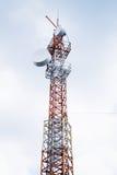 在多云天空的电信无线电铁塔 免版税库存图片