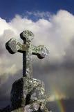 在多云天空的石十字架 库存图片