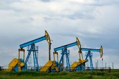 在多云天空的石油工业设备 免版税图库摄影