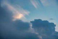在多云天空的落日 免版税库存图片