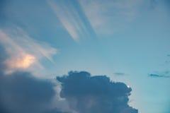 在多云天空的落日 免版税库存照片