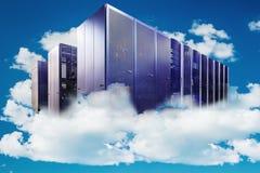在多云天空的计算机作为云彩计算的一个标志 库存图片
