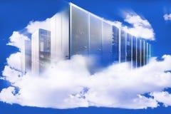 在多云天空的计算机作为云彩计算的一个标志 库存照片