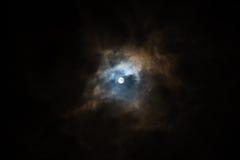 在多云天空的超级月亮 库存照片