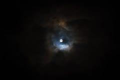 在多云天空的超级月亮 免版税图库摄影
