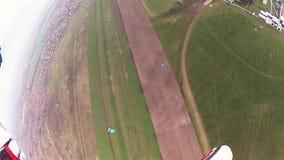 在多云天空的跳伞运动员飞行在晚上 高度 乡下横向 股票视频