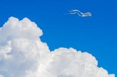 在多云天空的风筝 免版税图库摄影